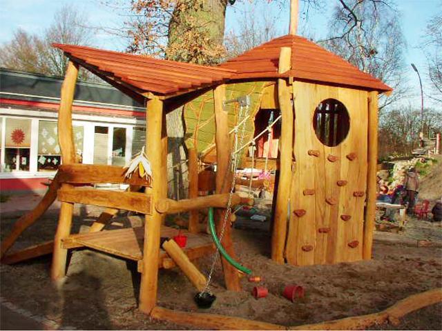 Baumhaus mit Sandspielpodest