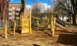 Biberburg mit Spinnennetz