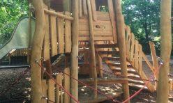 Spielturm mit Hangelseilen